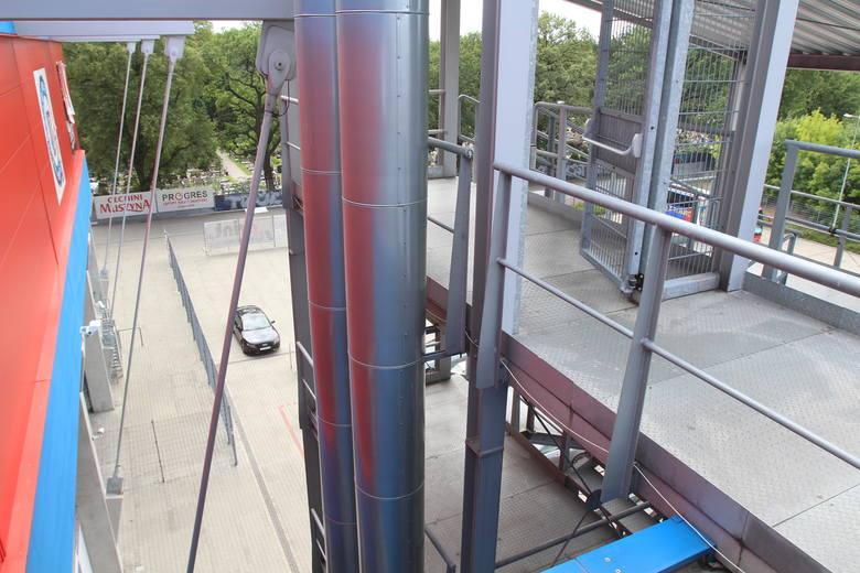 Widok z dachu części biurowej stadionu.