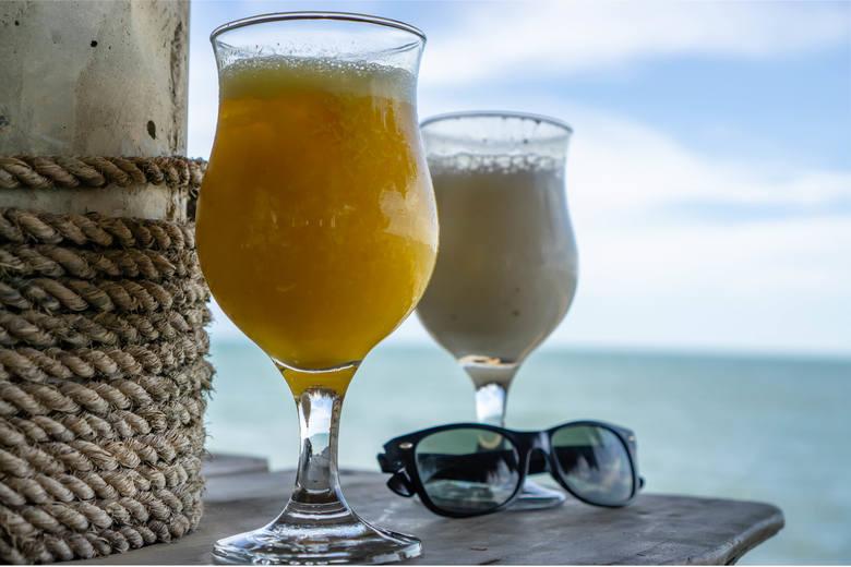 Składniki: 1 banan, 1/2 mango, 1 cytryna, 1 łyżeczka startego imbiru, woda lub kostki lodu.