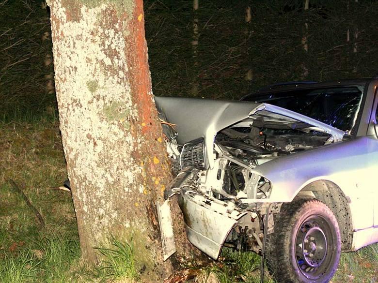 Kierowca mercedesa uderzył w drzewo. Był pijany [zdjęcia]