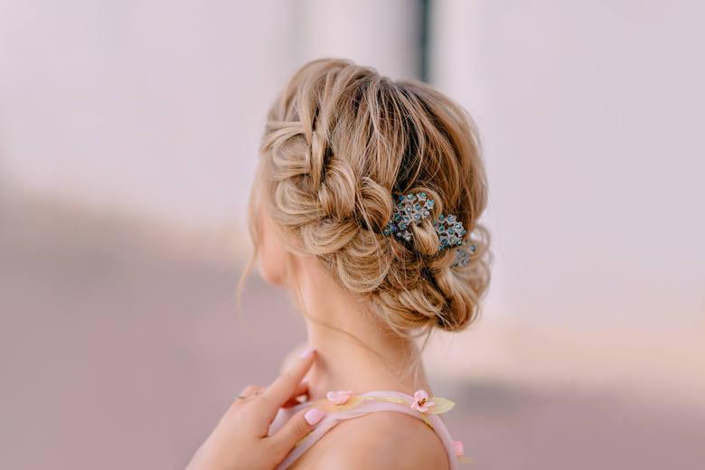 Zaplatane fryzury niczym dzieła sztuki. Warkocze na ślub, komunię, chrzciny 2021. Te sploty dodają fantazji i nigdy nie wychodzą z mody