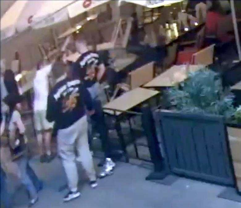 Pobicie w jednym z ogródków na Rynku Kościuszki zostało udokumentowane przez kamerę. W ruch poszło nawet krzesło