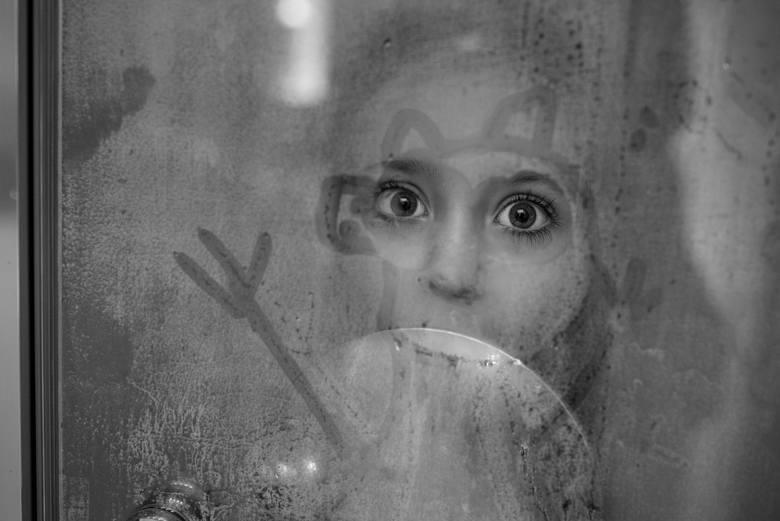 Jak przyznaje fotografka Marta Szyszka, najbardziej interesujące w kontekście fotograficznym są dla niej chwile prawdziwe, zwykłe, ale ujęte w niebanalny sposób, które z jakiegoś powodu łapią za serce, przywołują nadzieję, wzruszają i zaskakują.