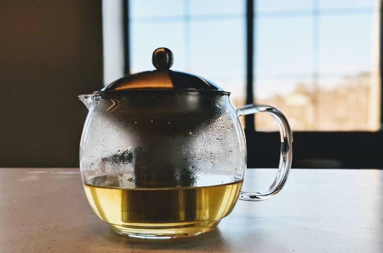 Zielona herbata pomaga przyspieszyć metabolizm i spalać tkankę tłuszczową nawet bez większej zmiany diety.