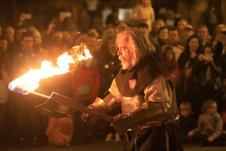 Na Rynku Staromiejskim w Toruniu zorganizowano w środę, 2 maja nocne pokazy walk rycerskich. Inscenizacje historyczne i pokazy walk przygotowali Bohemica