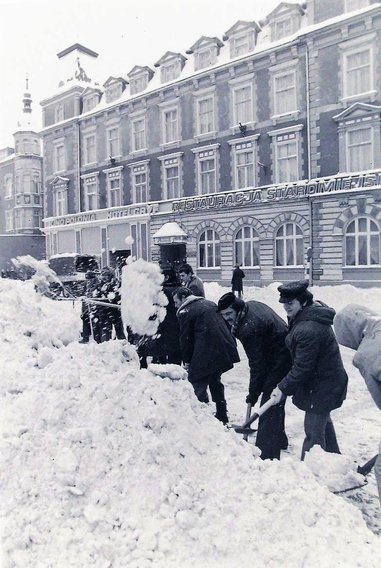 Walka z zaspami śnieżnymi na ul. Jedności Narodowej – styczeń 1979.