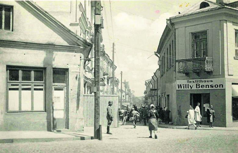 Tak wyglądała brama przy ówczesnej ul. Kupieckiej. Przy wejściu stoi strażnik, a kobieta idąca do getta ma na plecach Gwiazdę Dawida. Zdjęcie ze zbiorów