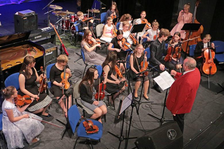 Tym razem na koncercie niedzielnym słuchaliśmy uczniów Państwowej Szkoły Muzycznej II stopnia. Zaprezentowały się zespoły instrumentalne i zespół wokalny.