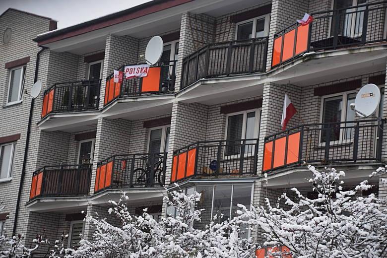 Postanowiliśmy sprawdzić czy białostoczanie wywieszają flagi w oknach z okazji Święta Niepodległości.. Na zdjęciach z osiedli TBS, Zielone Wzgórza, Centrum,