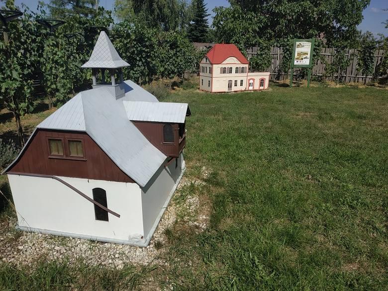 A w nim miniatury budynków znaczących dla dziejów zielonogórskiego winiarstwa