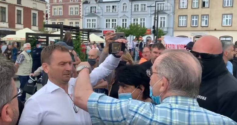 Poseł Sławomir Nitras zaatakowany na wiecu Rafała Trzaskowskiego w Kartuzach, 30.06.2020