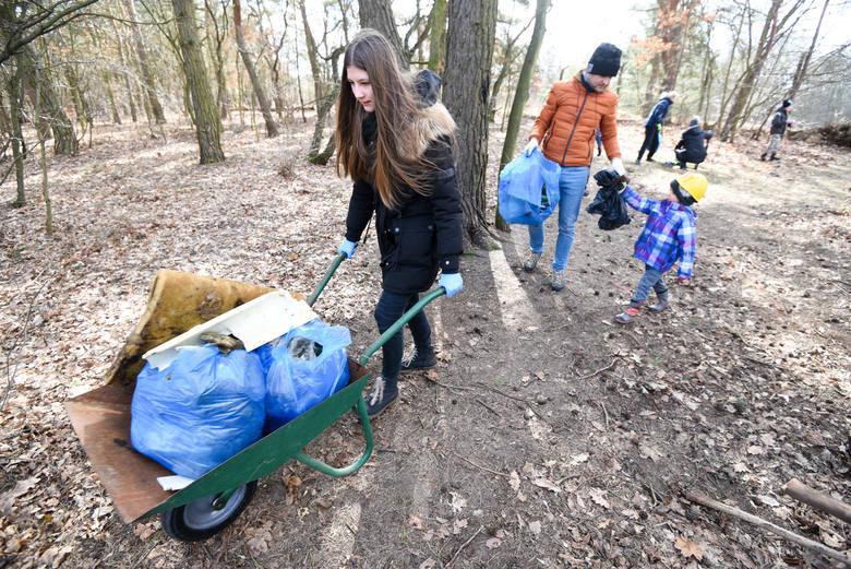 """20 marca 2021 roku - mieszkańcy toruńskich Wrzosów, w ramach sąsiedzkiego pospolitego ruszenia, sprzątają """"Psie Pole""""."""