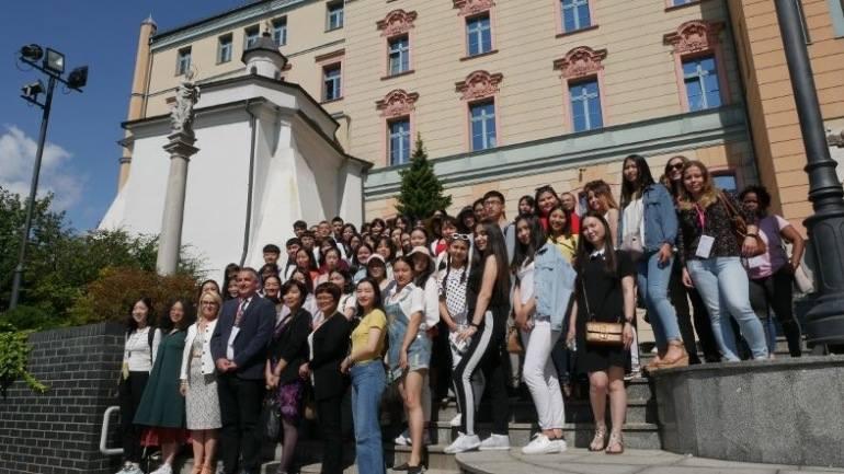 70 uczestników III edycji Summer University pozowało do  fotografii na schodach dziedzińca Collegium Maius.