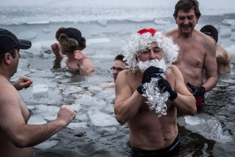Takiej zimy chciały morsy. No to chlup do przerębli!