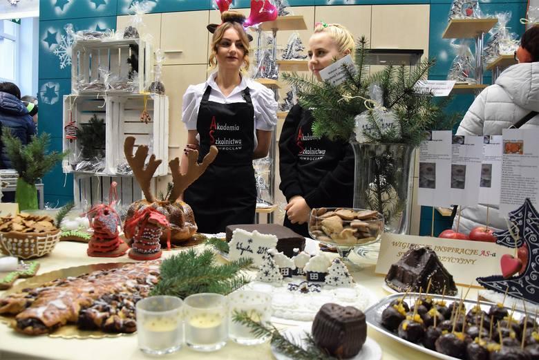Już po raz czwarty Akademia Szkolnictwa AS w Inowrocławiu zaprosiła mieszkańców do Manufaktury św. Mikołaja. Można tam było posmakować wspaniałych bożonarodzeniowych
