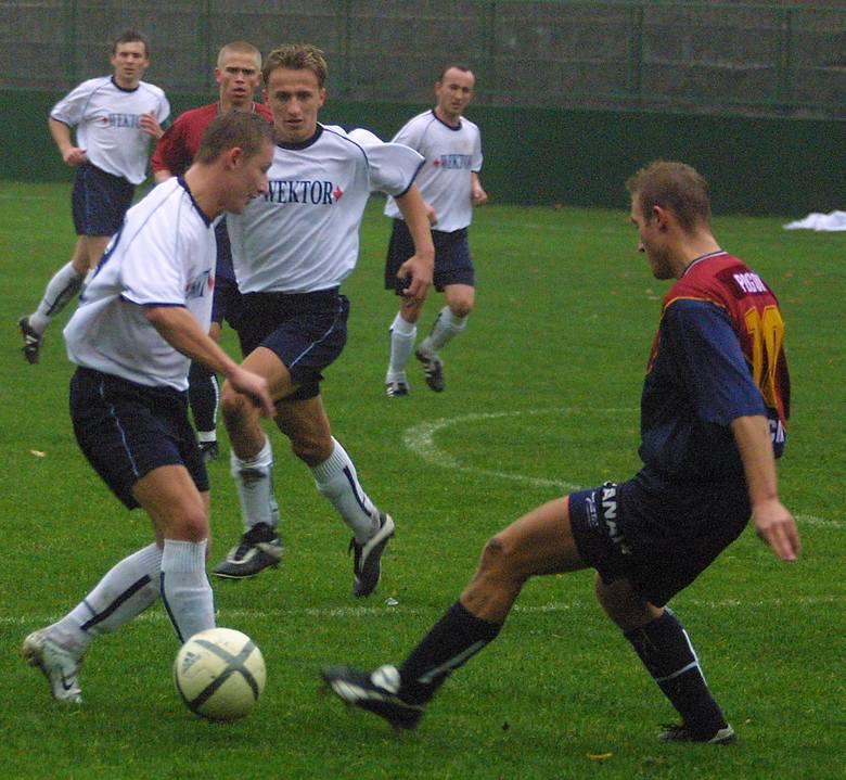 11 porażek w 15 meczach to dowód na to, że jak na razie III liga przerasta Andrzeja Matwijowa (przy piłce) i jego kolegów z Odry.