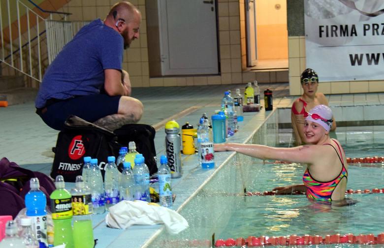IV Nocny Charytatywny Maraton Pływacki w Krośnie. Rekordowa pomoc dla Kubusia [ZDJĘCIA, WIDEO]