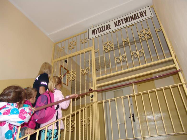 W trakcie wycieczki dzieci zwiedziły pomieszczenia dla osób zatrzymanych, stanowisko kierowania dyżurnego.