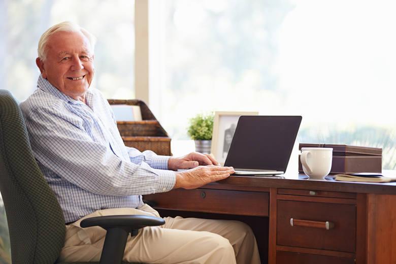 Emerytura Plus to dodatkowe pieniądze, jakie w 2021 roku dostaną emeryci i renciści. Trzynastka już wpłynęła na ich konta. Będzie jeszcze czternastka.