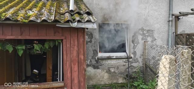 Około godz. 9 rano strażacy ze Sławna otrzymali zgłoszenie o pożarze w jednym z budynków wielorodzinnych w Tychowie (gmina Sławno).-Ogień wybuchł w pomieszczeniu
