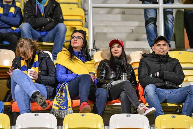 Arka Gdynia zremisowała z Lechią Gdańsk 0:0 w meczu piłkarskiej Lotto Ekstraklasy. Derby Trójmiasta oglądało nieco ponad 10 tysięcy kibiców. Prezentujemy