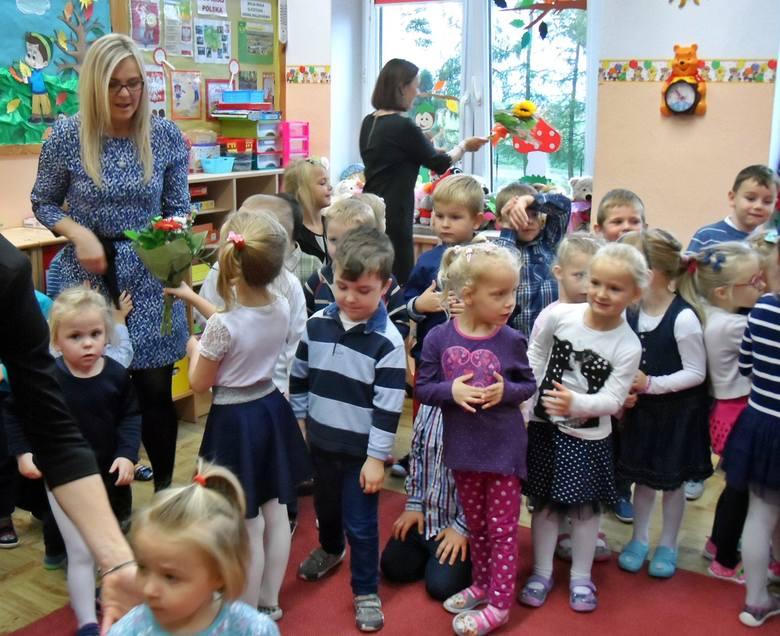 Przedszkolaki z Malechowa w Dniu Edukacji Narodowej wyglądały bardzo elegancko i od rana wręczały swoim paniom kwiatki i laurki, po oficjalnej części
