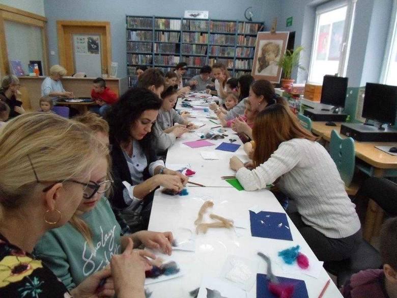 W Filii nr 1 Biblioteki Miejskiej im. J. Kasprowicza w Inowrocławiu odbyły się warsztaty plastyczne tworzenia książek sensorycznych (edukacyjnych, wykorzystujących