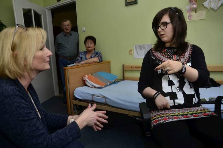 Tym razem lekcję prowadzi Anna Czekalska, wychowawczyni Oli. Dziadkowie Wielisława i Marian Wawrzyniakowie przysłuchują się, jak wnuczka sobie radzi