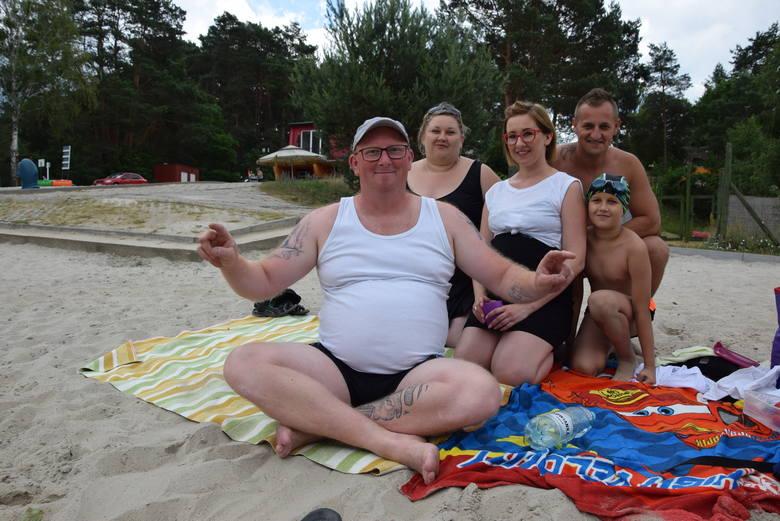 Pan Arek (na pierwszym planie) z żoną Kasią (w czarnej koszulce) do Lubiewa przywieźli rodzinę z Torunia: panią Justynę z mężem Krzysztofem. Kąpielisko najbardziej podobało się Wiktorowi