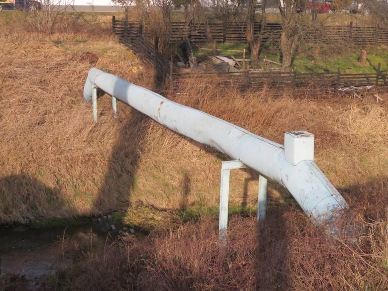 Z pękniętej rury kanalizacyjnej brązowa substancja wpadała do wody