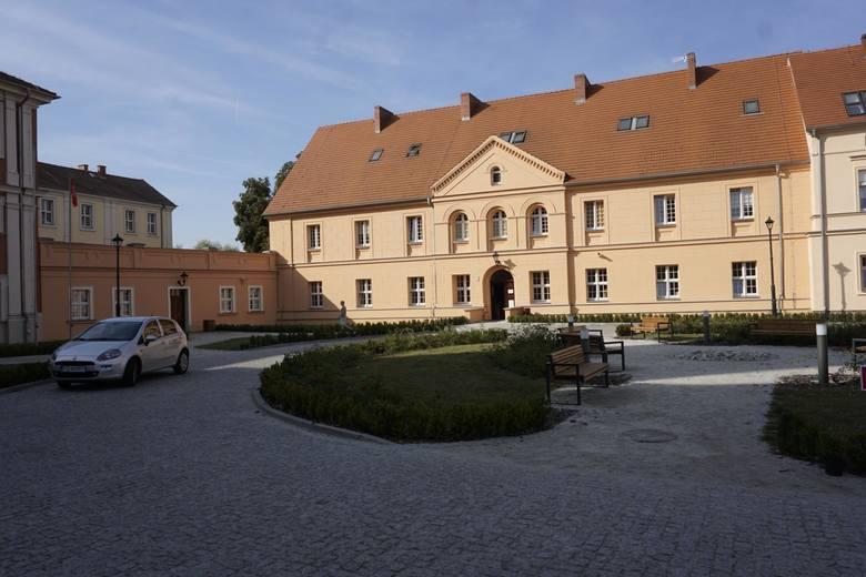 Powiat prowadzi dwa ośrodki szkolno-wychowawcze. Jeden w Owińskach (na zdjęciu) dla niewidomych, w którym uczą się dzieci z całej Polski, a drugi w Mosinie