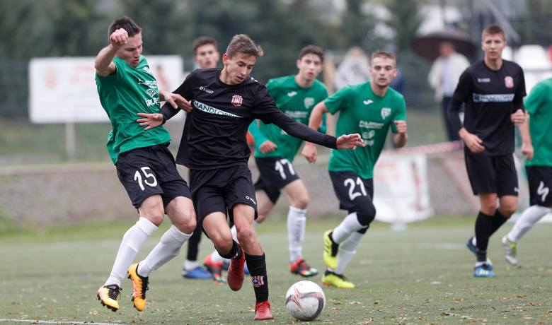 Resovia II (czarne stroje) po awansie do 4 ligi może zagrać nawet 42 mecze w sezonie. Sawa Sonina (zielone koszulki) została w 19-zespołowej okręgówce,