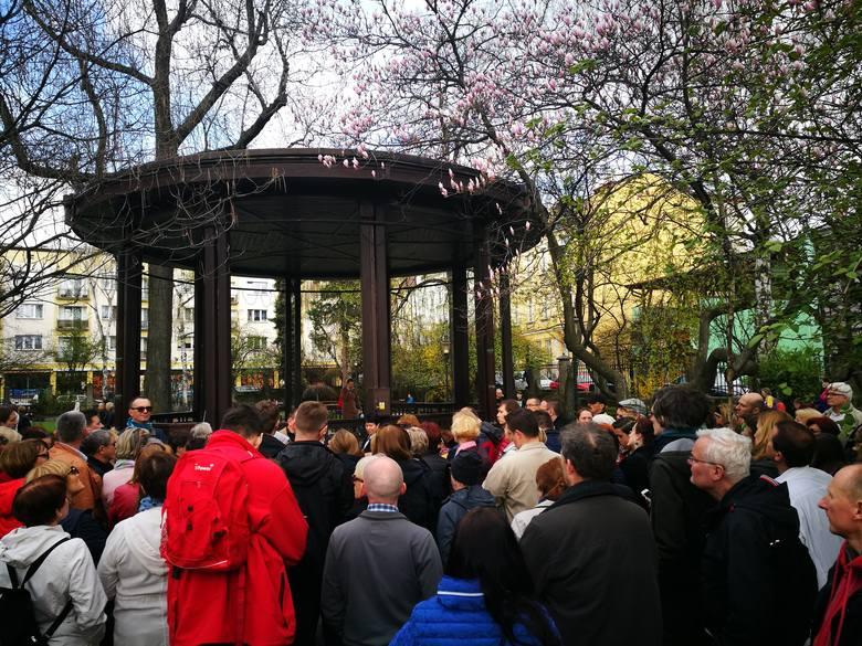 """W sąsiedztwie muzeum<br /> Trzy drzewka magnolii """"Alexandrina"""" przy orkiestronie tworzą tu niesamowitą atmosferę. Park, w którym w 1779 roku podpisano tzw. Pokój Cieszyński, został w 1931 zmodernizowany z okazji przeniesienia do Pałacu hr. Larischów Muzeum Miejskiego"""