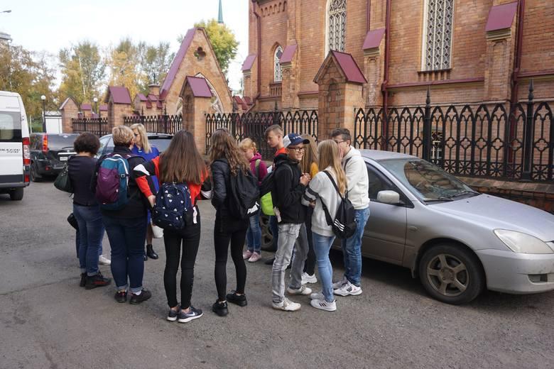 Uczniowie przy kościele Wniebowzięcia NMP w Irkucku