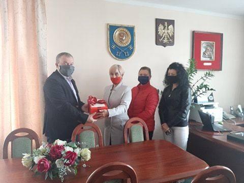 Beata Malara, Agnieszka Banaś i Sylwia Jakubowska wręczyły maseczki burmistrzowi Skalbmierza Markowi Juszczykowi.