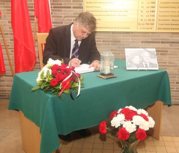 Księga kondolencyjna stanęła w Urzędzie Wojewódzkim w Opolu. Dziś wpisał się do niej konsul Niemiec