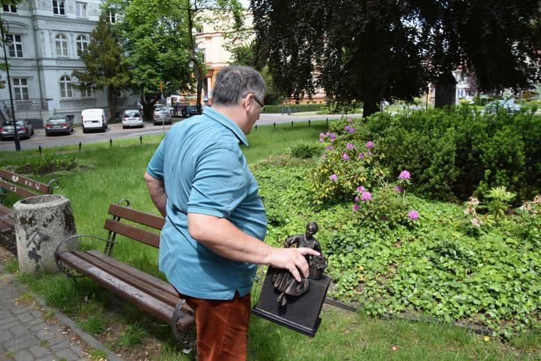 Regionalista Tomasz Czyżniewski z miniaturką rzeźby winiarki Emmy