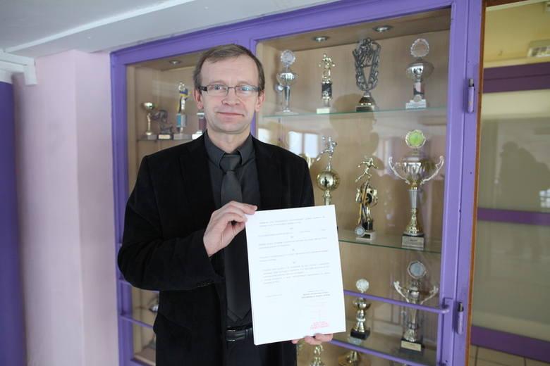 """- Umowa pomoże nam zadbać o to, by nasi uczniowie mieli gdzie kontynuować naukę po maturze - mówi Zdzisław Ślemp, dyrektor """"Gzowskiego""""."""