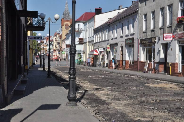 Tak ulica Klasztorna w Świeciu wyglądała jeszcze pod koniec czerwca. Dziś jest tam położona nowa kostka, a asfalt na jezdni zastąpił bruk. Mieszkańcy w ankiecie zdecydowanie zagłosowali przeciw przekształceniu tej arterii w deptak.