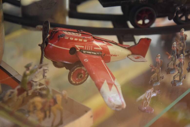 Zabawki z przedwojennej Fabrykę Wyrobów Metalowych Minerwa w Przemyślu. Nz. samolot.