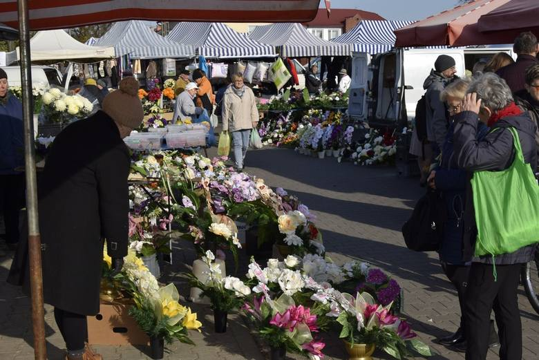 W czwartek, 31 października, skierniewickie targowisko zdominowały kwiaty, wiązanki, znicze, stroiki i tym podobne rzeczy, którymi można przyozdobić groby bliskich. Sprzedawcy nie mogli narzekać.