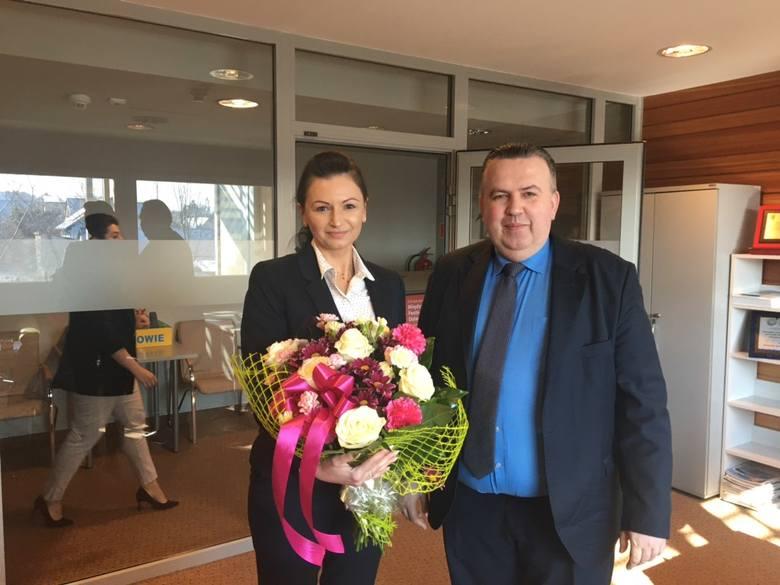Aleksandra Stachniak od 1 kwietnia pełni funkcję dyrektora Centrum Bajki w Pacanowie. Na zdjęciu z Mariuszem Bodo, sekretarzem województwa świętokrz
