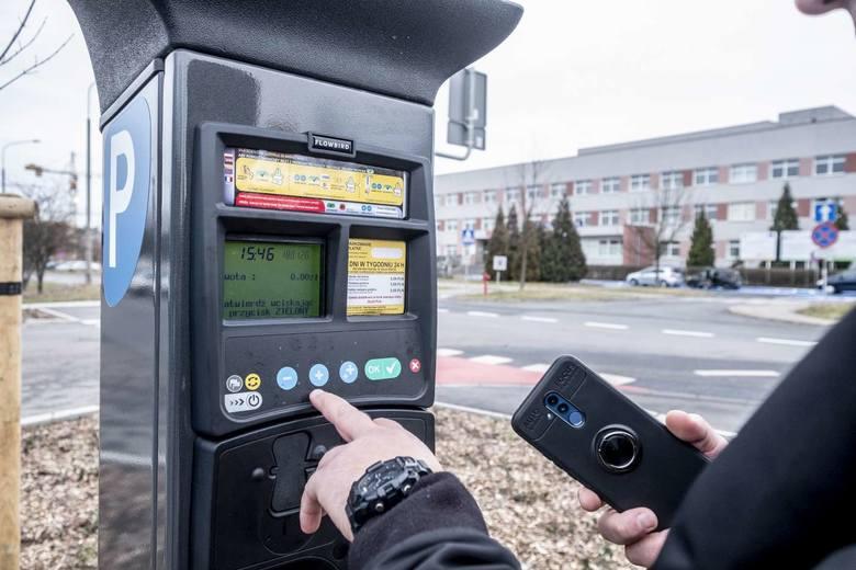 Od tygodnia za pozostawienie samochodu na parkingu przed szpitalem miejskim im. Strusia przy ulicy Szwajcarskiej w Poznaniu trzeba płacić. Pierwsze 20 minut postoju jest darmowe. Natomiast za każdą rozpoczętą godzinę postoju auta należy zapłacić 5 zł. I to przez siedem dni w tygodniu, niezależnie...