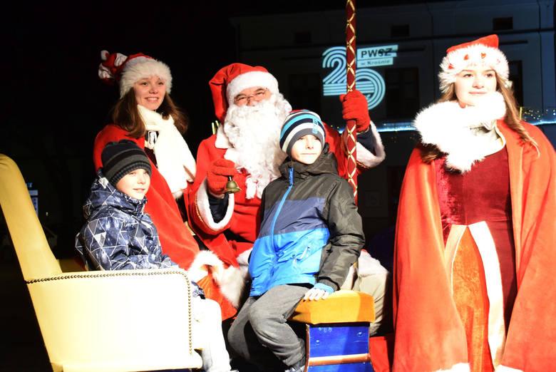 """Po raz kolejny na krośnieńskim Rynku powstało Miasteczko Świętego Mikołaja. Dla najmłodszych przygotowano zabawę """"Pomocnik Mikołaja""""."""