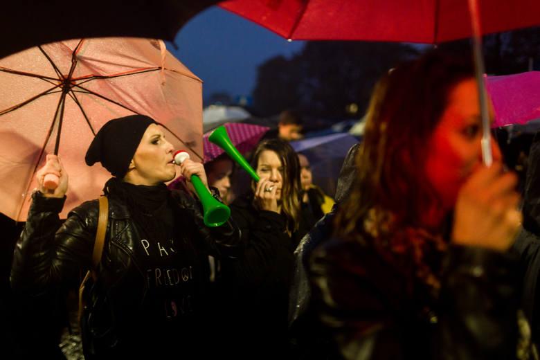 Kiepska pogoda nie przeszkodziła paniom w demonstracji swojego niezadowolenia z zapisów projektu zaostrzającego ustawę antyaborcyjną.