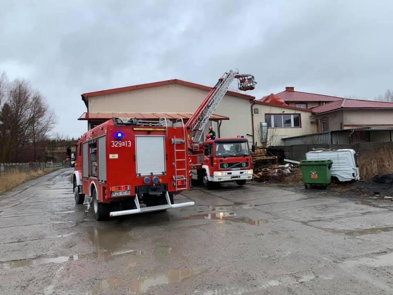 We wtorek silny wiatr zerwał poszycie dachowe z hali magazynowej w Boguchwale. Na miejscu pracowali strażacy z JRG 2 Rzeszów i OSP Boguchwała.