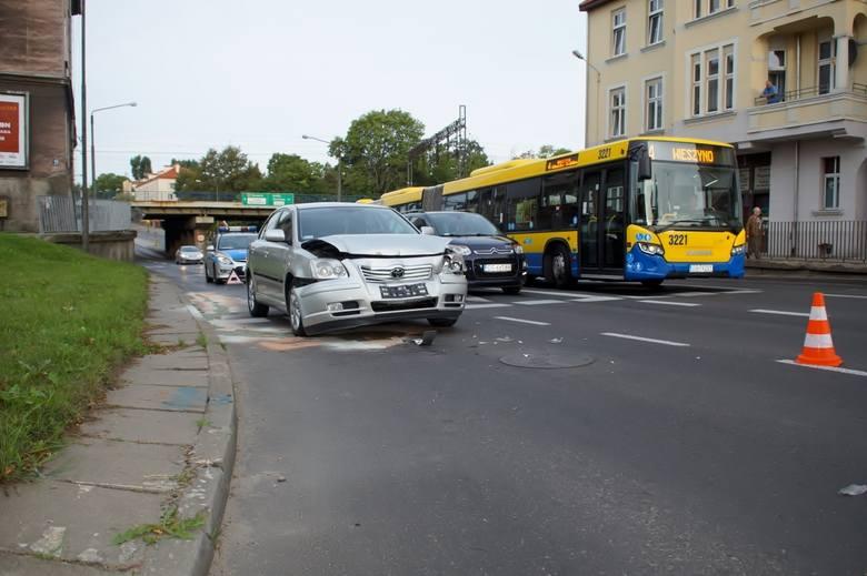 W poniedziałek rano  na ulicy Tuwima w Słupsku doszło do kolizji dwóch samochodów samochodów osobowych. Poza zniszczonymi samochodami nikt nie ucierpiał