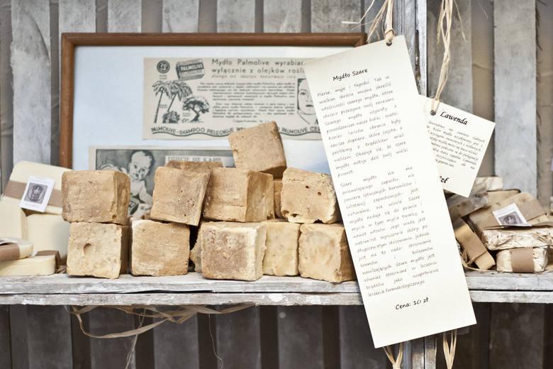Przed wojną Bydgoszcz słynęła z wysokiej jakości wyrobów mydlanych. Muzeum Mydła i Historii Brudu reaktywowało Bydgoską Wytwórnię Mydła i też stawia