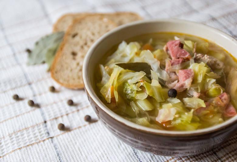 Kapuśniak z młodej kapustySkładnikimłoda kapusta 3 młode ziemniaki kostki cielęce lub schabowe 15 dag boczku wędzonego 2 pomidory 3 liście laurowe 5-7
