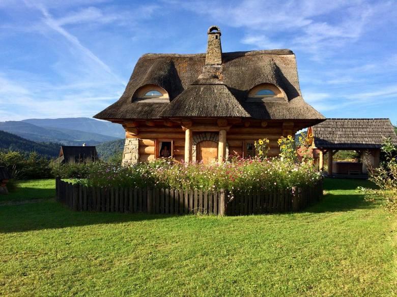 Najpiękniejsze chaty do wynajęcia w Beskidach w woj. śląskimOsada Beskidzka, Zawoja2 domki na górskiej polanie. Większy dla 6 i mniejszy dla 4 osób.W