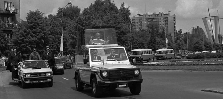 Z Jasionki na błonia przy dzisiejszej katedrze Jan Paweł II przejechał przez centrum Rzeszowa ulicami: Marszałkowską, Cieplińskiego, Lisa-Kuli (na zdjęciu),